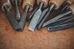 Narzędzia dla woodcarving na brown szorstkim tła zakończeniu up Obraz Royalty Free