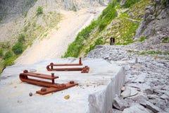 Narzędzia górnicy osadzający w bloku marmur w łupie t Obraz Royalty Free