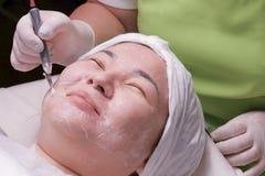 Narzędzia kosmetologia Muzułmańska kobieta z ona oczy zamykający ono uśmiecha się podczas leczniczej disincrustation procedury Za obrazy stock