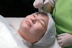 Narzędzia kosmetologia Zrelaksowana Muzułmańska kobieta z oczami zamykał podczas leczniczej disincrustation procedury Azjatycka d obraz royalty free