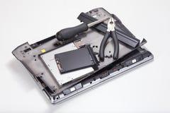 Narzędzia na demontującym laptopie obraz royalty free
