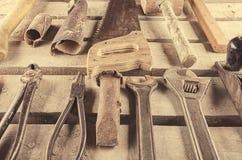 Narzędzia Narzędzie ustawiający na drewnianym tle Narzędziowy zestaw przygotowywający pracować Zdjęcia Stock