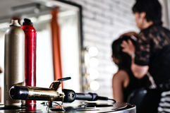 Narzędzia piękno (lakier do włosów i fryzowania żelazo) obraz royalty free