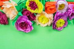 Narzędzia robi krepdeszynowym papierowym kwiatom zielonemu tłu fotografia stock