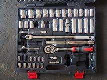 Narzędzia w toolbox lying on the beach na podłoga Depresja klucza Stonowany wizerunek zdjęcia stock