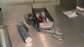 Narzędzie chirurg na metalu stole zbiory wideo