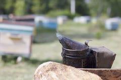 Narzędzie dla dymić pszczoły od roju w pasiece Dymów komesi od pasieki wyposażenia Beekeeping naturalny fotografia royalty free