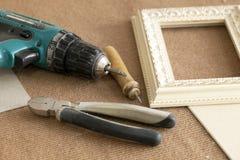 Narzędziowe zgromadzenie ramy, obramiają, dla obrazów, fotografie, śrubokręt, druciani krajacze, cążki ołówkowi na beżo obrazy stock