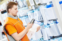 Narzędzia sklepu sprzedawcy pracownik z barcode przeszukiwaczem Zdjęcia Stock