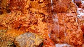 Narzan die over rotsen stromen stock video