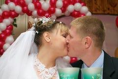 narzeczona młodego pocałunek. Obraz Royalty Free