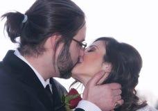 narzeczona młodego pocałunek fotografia stock