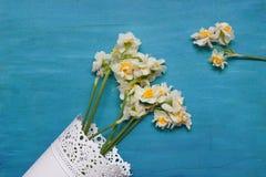 Narzissen im Vase auf hölzernem Hintergrund von oben, Kopienraum Stockfotos