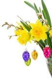 Narzissenblumen mit Weidenkätzchen und Ostereiern Lizenzfreie Stockbilder