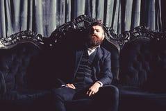 Narzucający dobrze ubierającego mężczyzna w luksusowi mieszkania z klasycznym wnętrzem luz Mężczyzna ` s styl, moda zdjęcie stock
