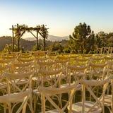 Nasłoneczneni krzesła stawia czoło Chuppah i scenicznego widok obraz royalty free