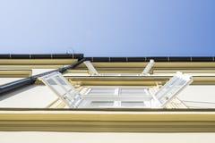 Nasłoneczniona ściana budynek biurowy w ranku z otwartymi okno Obrazy Royalty Free