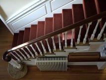 nasłoneczniony dywanowy domowy czerwony schody Zdjęcie Stock
