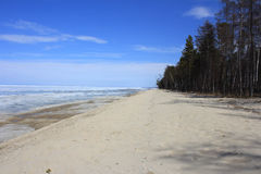Nas costas do Lago Baikal no mês de possa Imagem de Stock Royalty Free