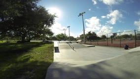 Nas crianças do skatepark que skatebording o lapso de tempo video estoque