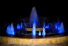 Nas fontes da cidade, você pode descansar e relaxar ao olhar as formas novas do córrego da água Fonte colorida dos multimédios imagem de stock royalty free