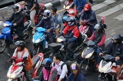 Nas horas de ponta em Banguecoque os povos tailandeses conduzem velomotor para um transporte mais rápido Imagens de Stock Royalty Free