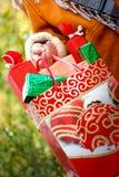 Nas mãos há um lote de presentes de Natal Fotografia de Stock