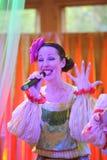 Nas meninas bonitas da fase em trajes nacionais do russo, sundresses dos vestidos com bordado vibrante - grupo da música folk a r Imagem de Stock