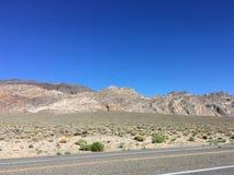 Nas montanhas de Califórnia no verão Pedras, areia, sol Fotografia de Stock
