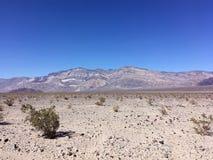 Nas montanhas de Califórnia no verão Pedras, areia, sol Foto de Stock Royalty Free