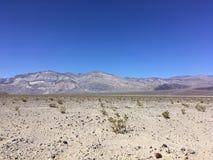Nas montanhas de Califórnia no verão Pedras, areia, sol Imagens de Stock
