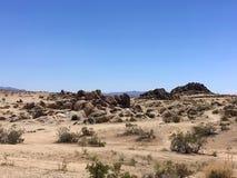 Nas montanhas de Califórnia no verão Pedras, areia, sol Fotos de Stock