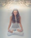 Nas nuvens - meditação de Lotus - posição da energia da ioga imagens de stock royalty free
