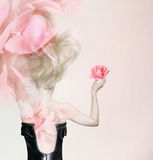 Nas pétalas cor-de-rosa imagem de stock