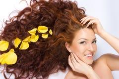 Nas pétalas cor-de-rosa amarelas Foto de Stock Royalty Free