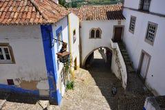 Nas ruas da cidade pitoresca de Obidos, Portugal Imagens de Stock Royalty Free