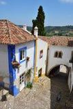 Nas ruas da cidade pitoresca de Obidos, Portugal Fotos de Stock Royalty Free