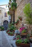 Nas ruas de Spello, vila pitoresca em Úmbria, província de Perugia, Itália fotos de stock