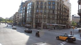 Nas ruas do tráfego ocupado de Barcelona video estoque