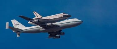 NASA 747 bär rymdfärjasträvan på det sista flyget till Los Arkivbild