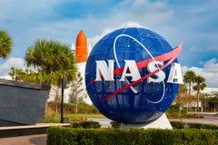 Nasa-jordklot bredvid den Kennedy minnesmärken royaltyfri foto