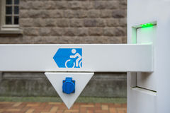 Nasadka dla elektrycznego roweru bateryjnej ładowarki z zielenią prowadzącą zaświeca Fotografia Stock