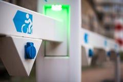 Nasadka dla elektrycznego roweru bateryjnej ładowarki z zielenią prowadzącą zaświeca, selekcyjna ostrość Fotografia Stock