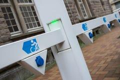 Nasadka dla elektrycznego roweru bateryjnej ładowarki z zielenią prowadzącą zaświeca, selekcyjna ostrość, wędkujący widok Obrazy Royalty Free