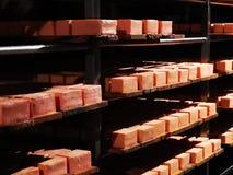 Nasaler Käse auf Metallregalen in der Grotte stockfoto