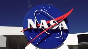 NASAlogo på Kennedy Space Center Cape Canaveral CAPE CANAVERAL, FLORIDA OKTOBER 18, 2015 stock video