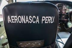 NASCA, PERÚ - OCTUBRE 9,2016: el avión se está preparando para sacar sobre las líneas de Nazca Imagenes de archivo