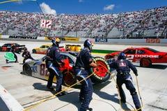 NASCAR -在繁忙的坑路的坑组更改的轮胎 库存照片