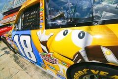 NASCAR - #18 M&M amarillo de Busch Imagenes de archivo
