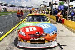 NASCAR - #18 M&MS Toyota an der Coca Cola 600 Stockfotografie